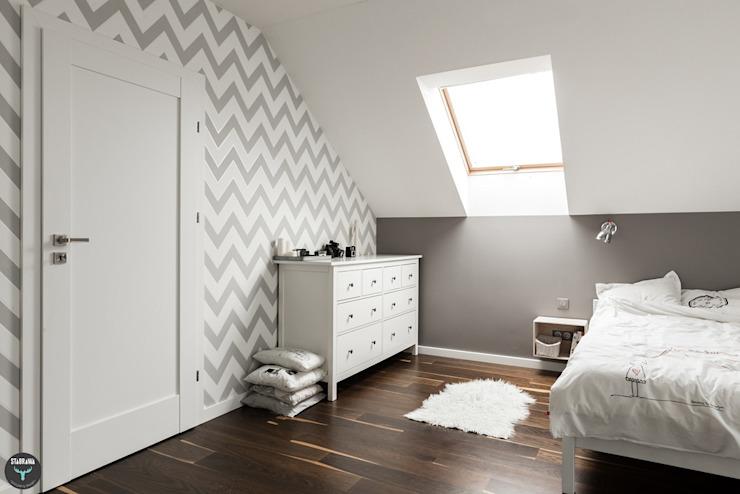 Phòng ngủ phong cách Bắc Âu bởi stabrawa.pl Bắc Âu