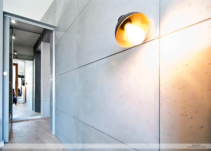 Tường & sàn phong cách hiện đại bởi PRACOWNIA PROJEKTOWA JAGANNA Hiện đại