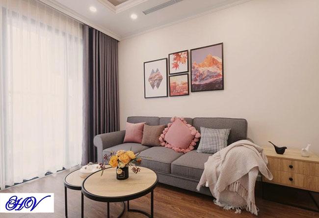 Căn phòng khách được giảm bớt ánh nắng bằng các mẫu rèm vải cản sáng